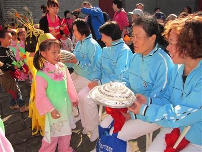来自辖区回民幼儿园的小朋友们为社区70多位回族,汉族老人庆祝重阳